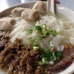 Photo taken at 三间庄猪肉丸粉 Pork Ball Noodle by Jun H. on 9/9/2015