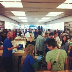 Photo taken at Apple Store, Los Gatos by Edmundo O. on 11/4/2012
