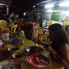 Photo taken at Kedai Roti Tempayan by Winnie F. on 3/29/2013