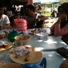 Photo taken at Kedai Nasi Ekonomi Depan Maktab by Anne N. on 3/13/2012