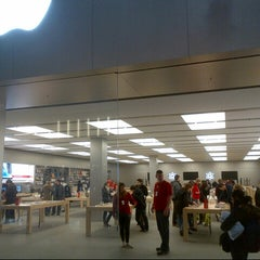 Photo taken at Apple Store by DTourist  F. on 12/29/2012