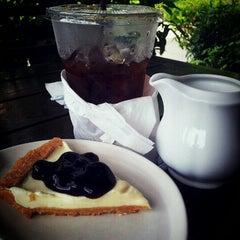 Photo taken at Coffee Next Door (กาแฟข้างบ้าน) by ย้งชัย จ. on 12/22/2012