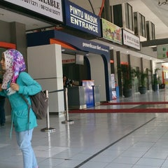 Photo taken at Stasiun Surabaya Gubeng by Qurriyatul Ayunin N. on 10/2/2013