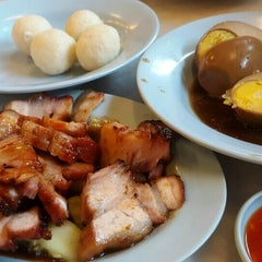 Photo taken at Famosa Chicken Rice Ball (古城鸡饭粒) by Sania on 7/17/2015