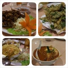 Photo taken at Siriwan Thai Seafood Restaurant by Ng R. on 11/23/2013