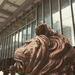 Photo taken at HSBC Hong Kong Office 匯豐銀行香港總行 by Yusuke N. on 6/24/2015