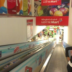 Photo taken at Lotte Mart by Thanh H. on 7/29/2012