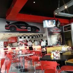 Photo taken at Garage Burger by Luiz Felipe B. on 9/7/2012