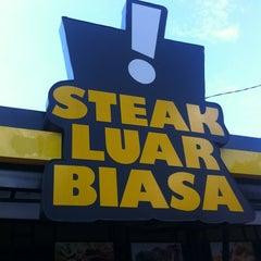Photo taken at Waroeng Steak & Shake by Ia K. on 4/7/2012