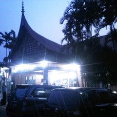 Photo taken at Rumah Makan Singgalang Jaya by indri i. on 8/17/2012
