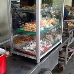 Photo taken at ลูกชิ้นพี่เลี่ยน หน้าโรงเรียนแสงทอง by Thammanit L. on 3/18/2012