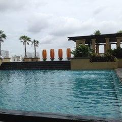 Photo taken at The Grand FourWings Convention Hotel (โรมแรมเดอะแกรนด์โฟร์วิงส์) by vince v. on 7/27/2012
