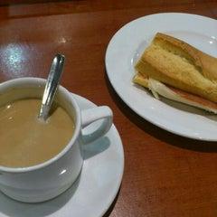 Photo taken at Cafetería Biblioteca de Ciencias UNAV by Aitor G. on 11/7/2011