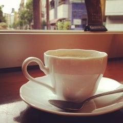 Photo taken at Stand Deli Cafe & Bar Bon Bonne by yuki on 5/22/2012
