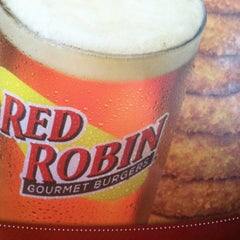 Photo taken at Red Robin Gourmet Burgers by Donna R. on 4/3/2012