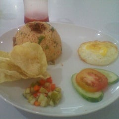 Photo taken at D'Mama Resto 'n Cafe by Johnly R. on 11/15/2011
