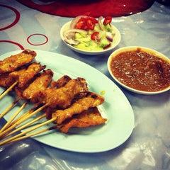 Photo taken at ข้าวต้ม กระดูกหมู by Peyaphan P. on 4/13/2012