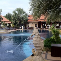 Photo taken at Baan Grood Arcadia Resort and Spa (บ้านกรูด อาเคเดีย รีสอร์ท แอนด์ สปา) by Lee C. on 11/9/2011
