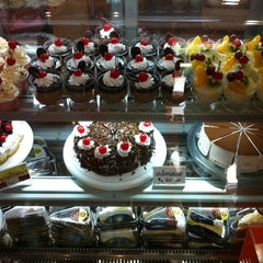 Photo taken at แดงเบเกอรี่ (Dang Bakery) by savigrom k. on 9/28/2011