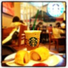 Photo taken at Starbucks (สตาร์บัคส์) by Mou¥ L€K . on 3/10/2012