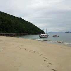 Photo taken at Ilha Dos Porcos by Fernando T. on 1/29/2012