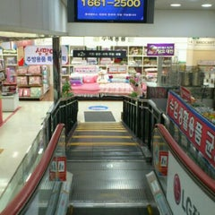 Photo taken at 롯데마트 (LOTTE Mart) by tazo k. on 1/24/2012