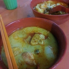 Photo taken at Jalan Ipoh Curry Mee by Crystal C. on 7/20/2012