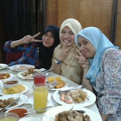 Photo taken at Restoran Nelayan by Mimie K. on 8/13/2012