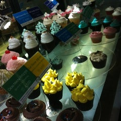 Photo taken at Goodovening Cupcake by Ariel T. on 8/22/2012