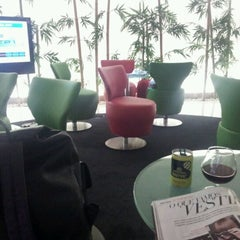 Photo taken at Lounge ANA by Thais T. on 8/24/2012