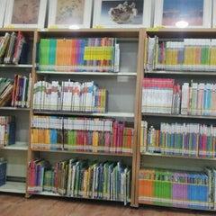 Photo taken at 해오름어린이도서관 by Steven K. on 10/29/2011