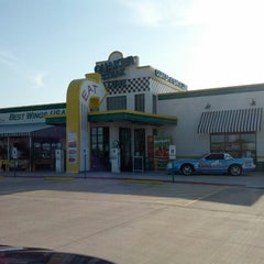 Photo taken at Quaker Steak & Lube® by Justin R. on 7/4/2012