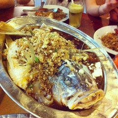 Photo taken at Cia Xiang Seafood Restaurant (佳鄉海鮮蟹皇飯) by Raeann on 1/29/2012