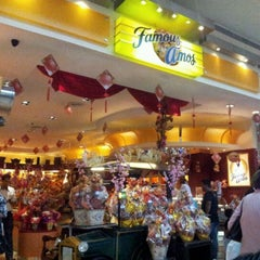 Photo taken at Famous Amos by Mohammad Akmaludin G. on 1/21/2012