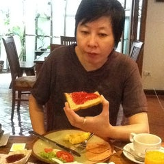 Photo taken at Chada Thai House by Hongyok T. on 12/4/2011