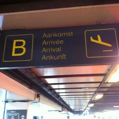 Photo taken at Arrivals (Aankomsten/Arrivées) by Kristof D. on 7/26/2012