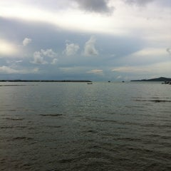 Photo taken at ร่มไม้ ชายทะเล (Rom Mai Seafood) by Merkin N. on 5/4/2012