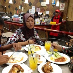 Photo taken at Kenny Rogers Roasters by Haslina H. on 5/2/2012