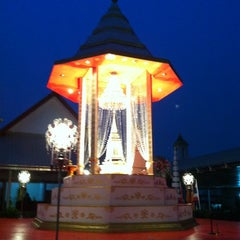 Photo taken at วัดพิชยญาติการาม (วัดพิชัยญาติ) Wat Phichaiyatikaram by Ying C. on 3/27/2012