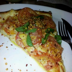 Photo taken at Pomodori Pizza by Fernanda R. on 3/29/2012