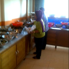 Photo taken at Rumah Makan Singgalang Jaya by Dudi on 9/9/2011