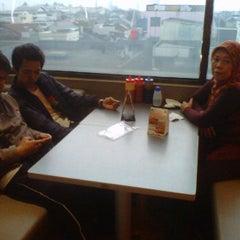 Photo taken at Bakso Malang Karapitan by Adang H. on 12/25/2011