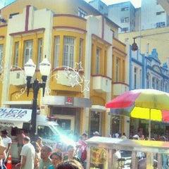 Photo taken at Calçadão da Rua Halfeld by ☞ Mario S. on 12/6/2011