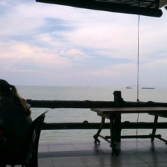 Photo taken at The Seafarer Restaurant by d_yanz on 7/20/2012