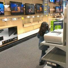 Das Foto wurde bei Best Buy von Lc R. am 2/26/2012 aufgenommen