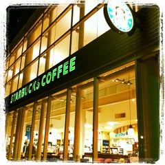 Photo taken at Starbucks Coffee TSUTAYA 横浜みなとみらい店 by yukio on 10/28/2011