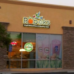 Photo taken at Robeks Fresh Juices & Smoothies by Yurii H. on 5/24/2012