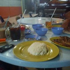 Photo taken at Restoran Balikpapan Seafood by Irwan S. on 9/2/2011