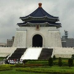 Photo taken at 中正紀念堂 Chiang Kai-Shek Memorial Hall by Savanna K. on 6/2/2012