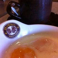Photo taken at OldTown White Coffee by Enida J. on 3/18/2012